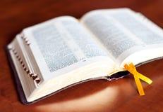 библия открытая Стоковые Изображения