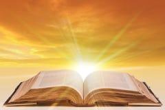 библия открытая Стоковые Изображения RF