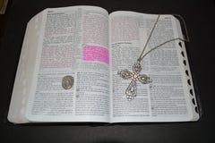 Библия с перекрестным и gardian углом стоковая фотография rf