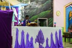 Библия чтения священника в пасторе церков и боге людей моля в церков стоковое изображение rf