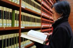 Библиотека, книжные полки, чтение, думая стоковые фотографии rf