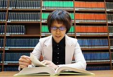 Библиотека, книжные полки, чтение, думая стоковые изображения