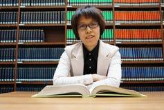 Библиотека, книжные полки, чтение, думая стоковые изображения rf