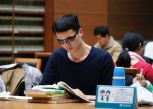 Библиотека, книжные полки стоковое изображение