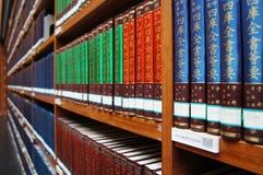 Библиотека, книжные полки стоковое изображение rf