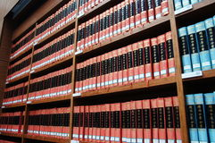 Библиотека, книжные полки стоковые фото