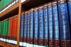 Библиотека, книжные полки стоковое фото
