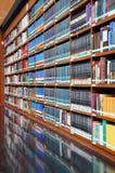 Библиотека, книжные полки стоковые фотографии rf