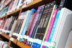 Библиотека, книжные полки стоковая фотография