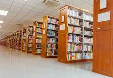 Библиотека - книжные полки Стоковые Изображения