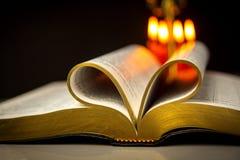 Библия и свечи Стоковые Изображения RF