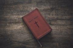 Библия на деревянном столе стоковое фото