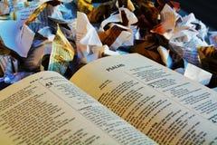 Библия на куче отброса стоковые фотографии rf