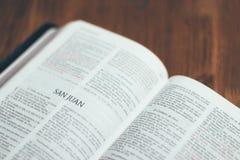 библия открытая Стоковая Фотография