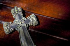Библия положенная на красную древесину Стоковые Фотографии RF