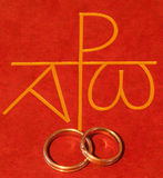 Библия с обручальными кольцами стоковая фотография rf