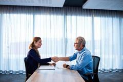 2 бизнесмена давая рукопожатие Стоковая Фотография RF