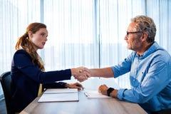 2 бизнесмена давая рукопожатие Стоковая Фотография