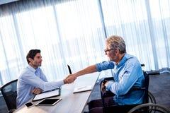 2 бизнесмена давая рукопожатие Стоковое Фото