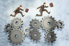 2 бизнесмена бежать на шестернях колеса Стоковое Фото