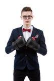 бизнесмена бокса дуновения предпосылки рукоятки право человека перчаток фокуса привлекательного кавказское сняло детенышей студии Стоковое фото RF