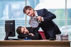 2 бизнесмена близнецов споря друг с другом над крайним сроком Стоковые Изображения