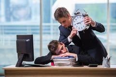 2 бизнесмена близнецов споря друг с другом над крайним сроком Стоковое Изображение