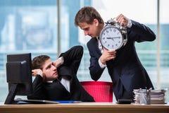 2 бизнесмена близнецов споря друг с другом над крайним сроком Стоковое Фото