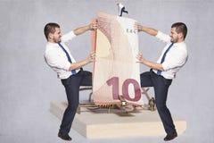 2 бизнесмена воюя над деньгами Стоковое фото RF