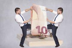 2 бизнесмена воюя для денег Стоковое фото RF