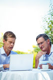 2 бизнесмена встречая в ресторане используя компьтер-книжку Стоковые Фотографии RF