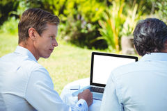 2 бизнесмена встречая в ресторане используя компьтер-книжку Стоковое Изображение RF