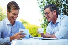 2 бизнесмена встречая в ресторане используя таблетку Стоковое Изображение