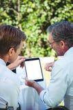 2 бизнесмена встречая в ресторане используя таблетку Стоковые Изображения RF