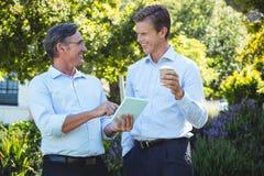 2 бизнесмена встречая используя таблетку Стоковое Фото