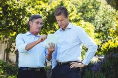 2 бизнесмена встречая используя таблетку Стоковая Фотография RF