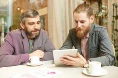 2 бизнесмена встречая на перерыве на чашку кофе в кафе Стоковое Изображение