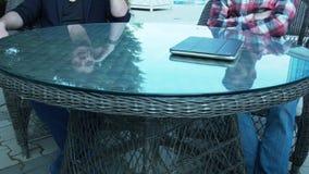 2 бизнесмена встречали вне гостиницы для того чтобы обсудить совместный проект сток-видео