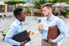 2 бизнесмена выпивая кофе Стоковые Фотографии RF