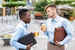 2 бизнесмена выпивая кофе Стоковое Фото