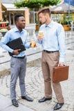 2 бизнесмена выпивая кофе Стоковое Изображение