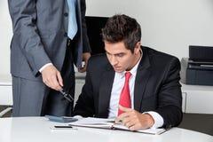2 бизнесмена высчитывая финансы Стоковое Изображение