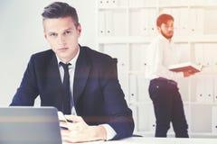 2 бизнесмена в белом офисе Стоковое Изображение RF