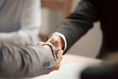2 бизнесмена в костюмах тряся руки на встрече, конце вверх Стоковое Фото