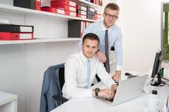 2 бизнесмена в усмехаться офиса Стоковое Изображение