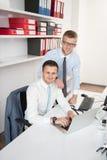 2 бизнесмена в усмехаться офиса Стоковое Изображение RF