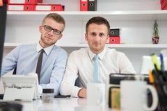 2 бизнесмена в усмехаться офиса Стоковое фото RF
