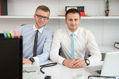 2 бизнесмена в усмехаться офиса Стоковые Изображения RF