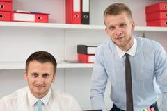 2 бизнесмена в усмехаться офиса Стоковые Фотографии RF