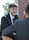 2 бизнесмена говоря в зале заседаний правления Стоковые Фото